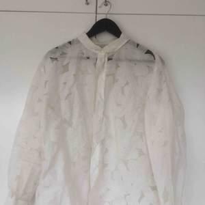 Vit skjorta! Genomskinligt tyg med mönster. Fin som oversize. Köparen står för evt frakt.