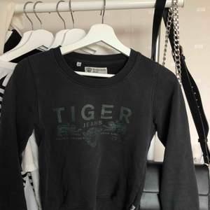 Säljer en äkta Tiger of Sweden tröja då den tyvärr blivit för liten:( Tröjan är i stl xs och passar bra till allt.  Kan fraktas, köparen står för frakten