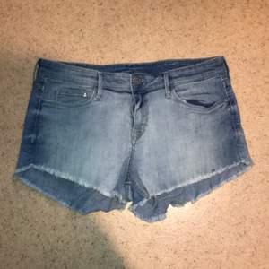 Shorts storlek 40, passar nog 38 också då de är små.  Kan skickas mot fraktkostnad. Kan även mötas upp på backaplan/nordstan i Göteborg