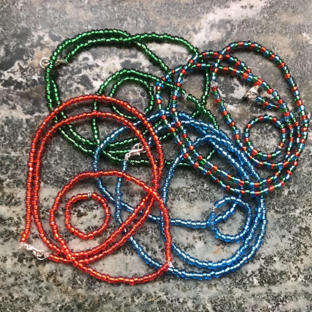 Fina smycken i glansiga röda, blå och gröna glaspärlor! Varje färg samt blandad färg finns i halsband, armband och ring! Man kan även beställa ett par örhängen i vilken färg man vill, då gör jag dem efter beställning! Ring: 15kr armband: 20kr enfärgat halsband: 35kr mönstrat halsband: 40kr örhängen: 20kr🥰 Frakt på 12kr tillkommer✨. Accessoarer.