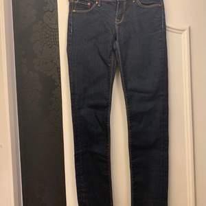 Säljer dessa jeans i storleken 26 för 20 kr