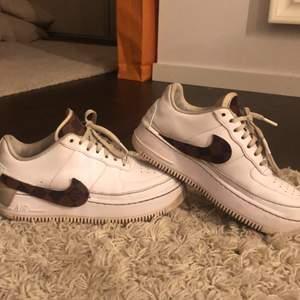Ett par costumised Louis Vuitton Nike air force! Använda en den men går lätt att tvätta! Storlek 39💗💗 Annars är skorna i bra skick men säljer då dom inte kommer till användning längre!!