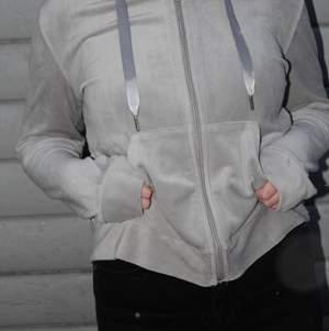 Säljer den extremt sköna och snygga hoodie i grå sammet med dragkedja. Så mysig och så fin i strl. S! Priset är 75kr+frakt!  💕💕 (OBS. Fotade medans det snöade och därför är de små vita prickar av snö på tröjan, köpare står för frakt).