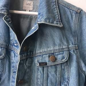 Som ny Lee jeansjacka, köööp och rocka den!!💛 nypris 1000:-
