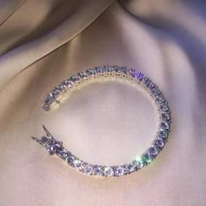 """Säljer detta jättefina armbandet då det tyvärr är för stort (18cm) och juvelaren sa att det inte gick korta av 🥺 Silverplätterad och gjord av """"enviromnental brass"""" med zirkonstenar tror jag. Priset är inklusive frakt 🦋"""