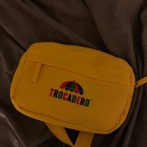 Jag säljer min trocadero magväska då jag inte har någon användning för den (mått på sista bilden). Aldrig använd! Går att köpa för 250-300 kr, säljer för 50 kr + frakt. Betalas via swish
