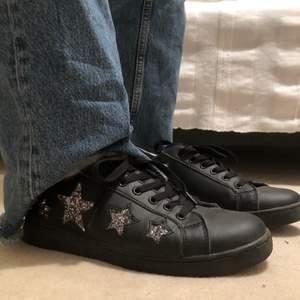 Ett par super fina svarta sneakers med stjärnor. Köptes för 799kr❤️