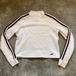 Sweatshirt från hollister med ränder på armarna :) finns några små små fläckar som ser ut som svaga sojafläckar. Knappt synliga men finns där 🥰💞 därav priset fast bra skiick