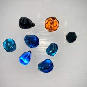 Olika stenar / pärlor med hål som går att trä tex ett snöre igenom. Alla för 40kr eller två för 10kr🌟 (Stenen på andra bilden saknar hål)
