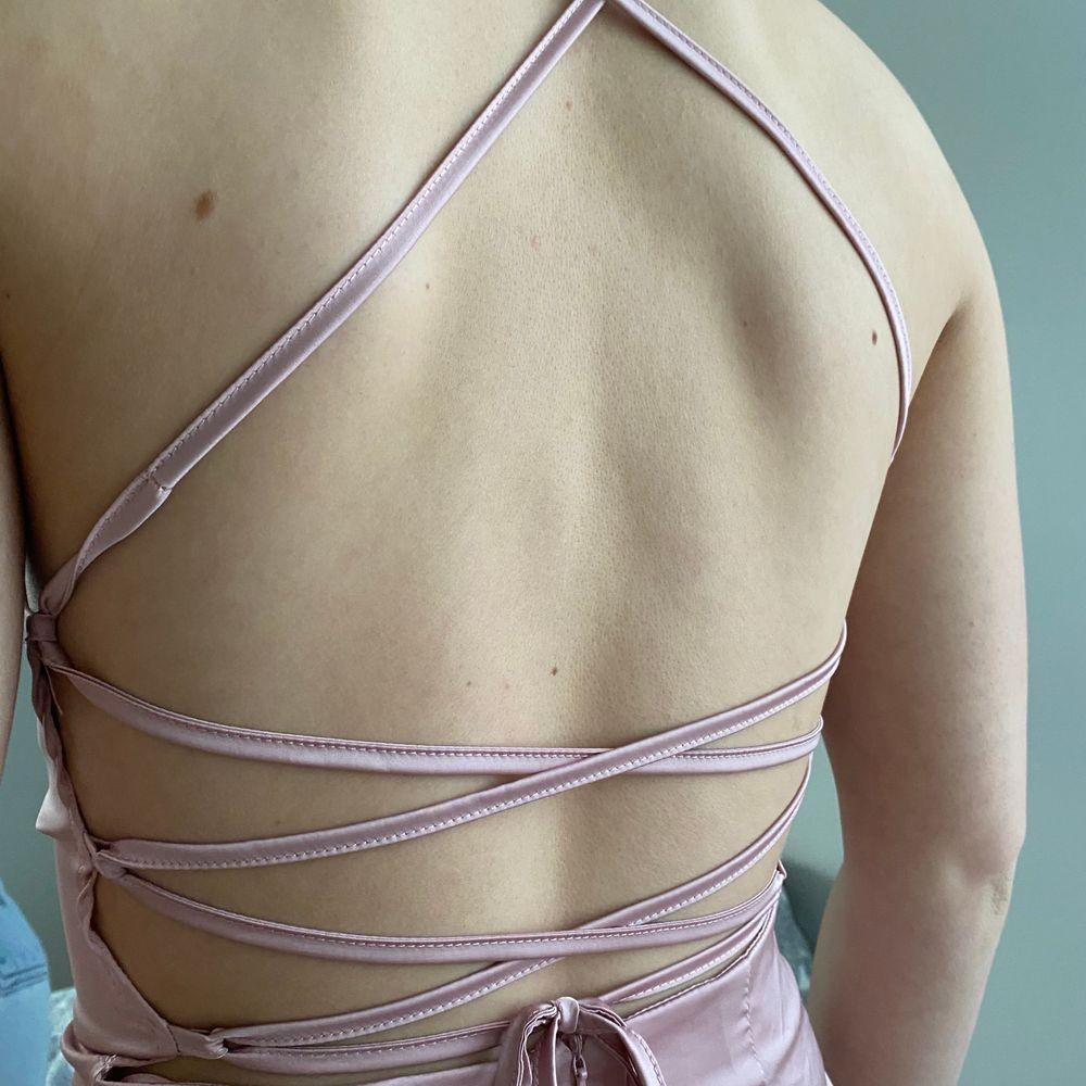 Helt oanvänd söt silkesklänning. Köparen står för frakten!!🦋💕. Klänningar.