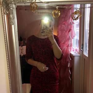 Jag säljer en röd/svart klänning. Man kan se i bild två att det finns även knappar på sidorna vid armarna. Jag är 165cm lång.(priset kan diskuteras)