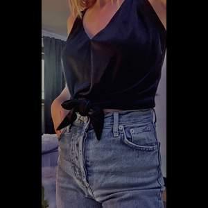 säljer detta svarta satin linne från bikbok som aldrig kom till användning :)                                                                          storlek: xs     pris: 75kr