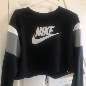 Säljer den här Niketröjan som är köpt för ungefär ett år sedan på intersport och använd 2 gånger, riktigt bra skick! Det är snörning där nere för att kunna dra ihop den och ett annat material på den gråa delen av ärmen.