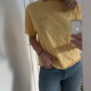 """Gul T-shirt med trycket """"honey"""" från Brandy Melville, storleken står inte men passar nog xs-m beroende på hur man vill att den ska sitta."""