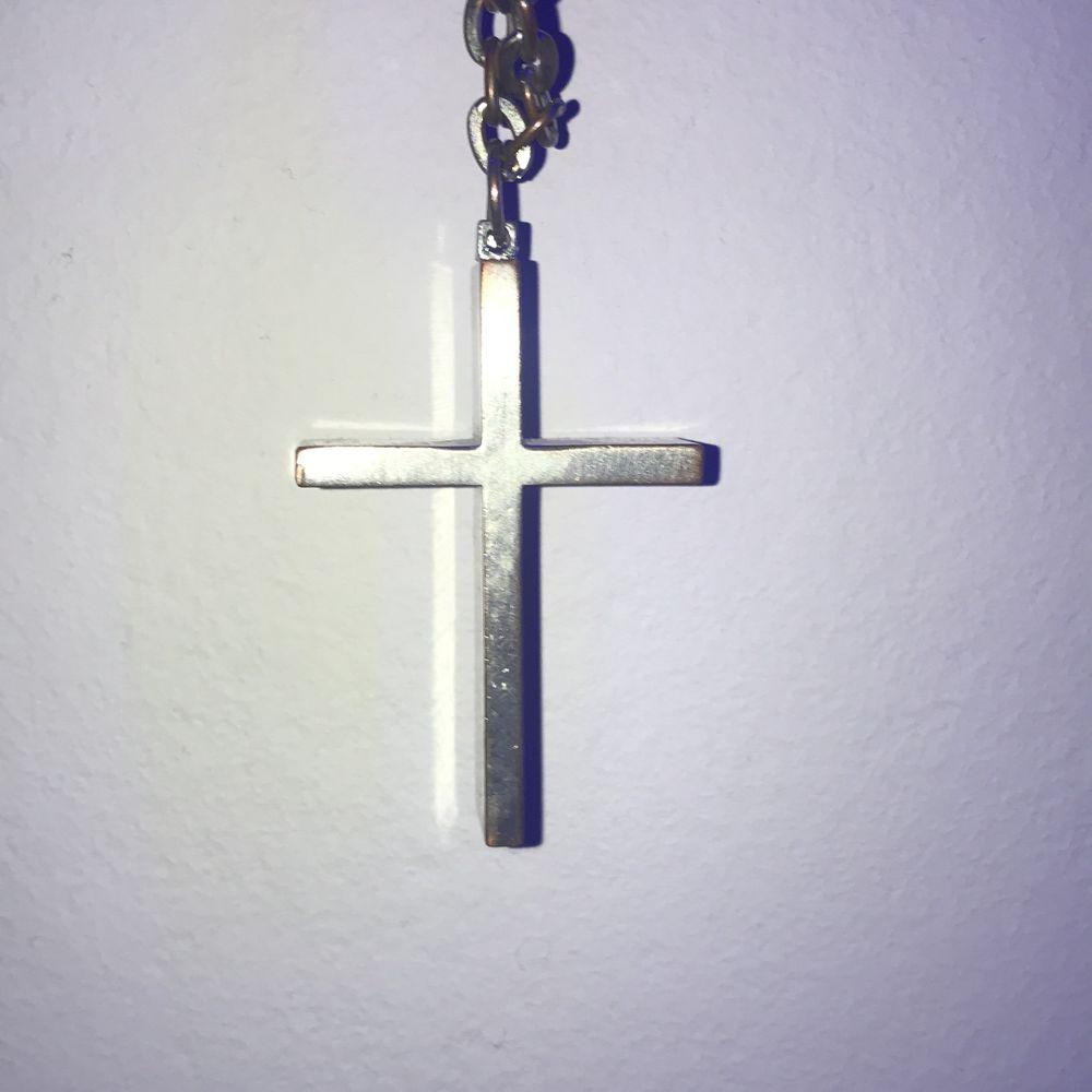 Silvrigt kors halsband (vet inte om de äkta silver men tror nog inte det) . Accessoarer.