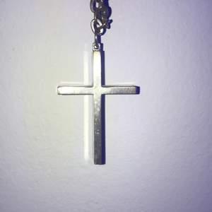 Silvrigt kors halsband (vet inte om de äkta silver men tror nog inte det)