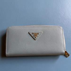 Prada replika plånbok/clutch i ljusblått skinn. 20cm x 11cm, aldrig använd, köpt i vintagebutik i London men ser helt ny ut.