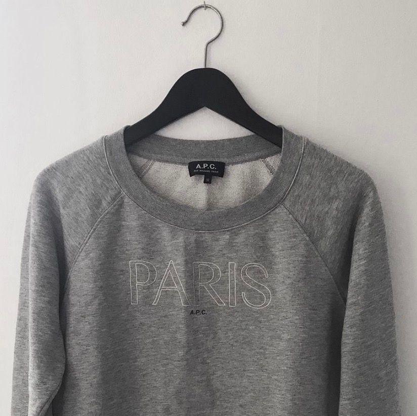 Gråmelerad sweatshirt från APC med broderi, storlek M men är liten i storleken så mer som en S. Använd men bra skick! . Huvtröjor & Träningströjor.