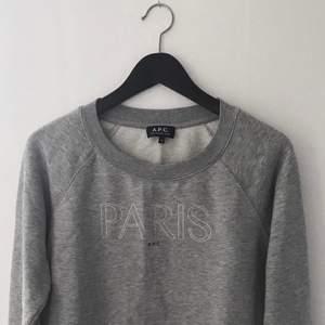 Gråmelerad sweatshirt från APC med broderi, storlek M men är liten i storleken så mer som en S. Använd men bra skick!