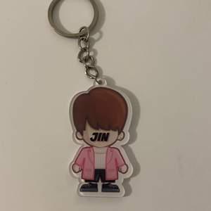 Hej! Säljer denna jätte söta jin nyckelringen. Har en i suga men denna kommer inte till användning och tänkte sälja!💗Tar inte ansvar för post slarv !!