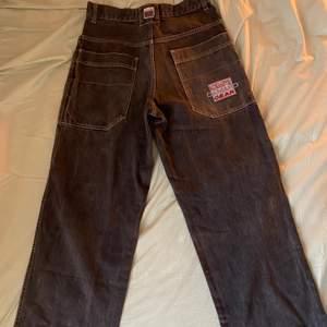 Fett coola jeans som är för små för mig. De e ungefär 76 i midjan. Det är bara att säga till om du har några frågor eller vill se flera bilder 😊