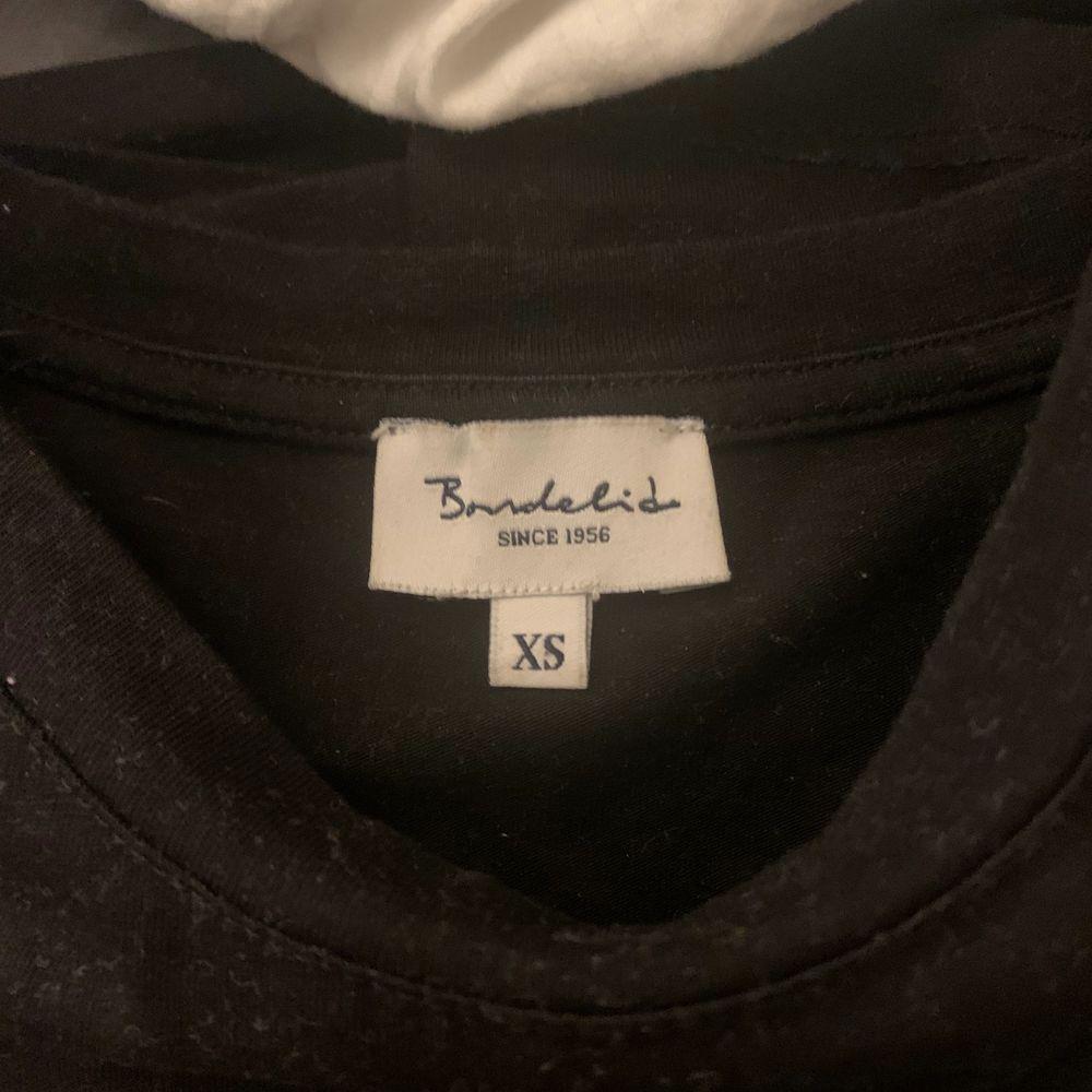 Säljer min bondelid tröja i svart och guld. Det är en vanlig långärmad t-shirt, super skön. Nypris  399kr. Toppar.