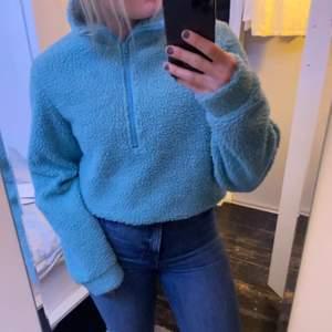 Skön tröja i teddyfleece material (tröjan är aldrig använd men tyvärr har jag tagit bort prislappen) köpt för 500kr🥰 tröjan är ganska stor i storleken satt skulle säga att den passar mellan xs/m beroende på hur man vill att den ska sitta☺️