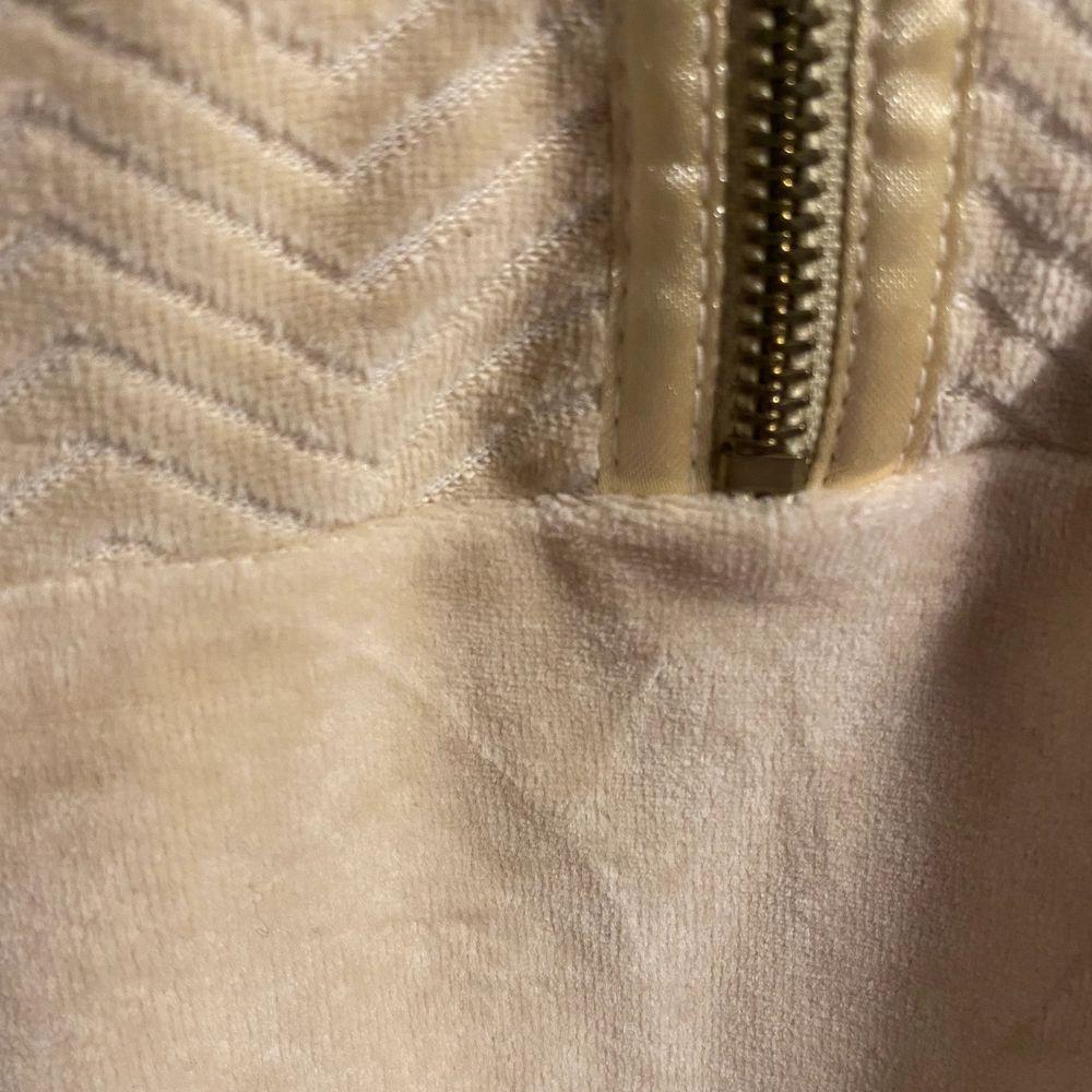 Guldig velourliknade sweatshirt köpt i Paris. Riktigt skön och snygg. Dragkedja till kragen och fickor med dragkedja på sidan. Knappt använd och inga flaws. Sitter som en mens small eller woman medium ungefär men den är unisex. Skön att glida runt med i mjukisbyxor. . Tröjor & Koftor.
