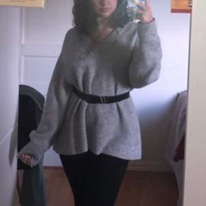 Säljer min fina oversized tröja, i bra skick och är jätte mysig! Köpt för 350/400kr i Lindex .Man kan styla den lite hur man vill, skulle passa all storlekar beroende hur du vill att den ska sitta på dig. Jag är storlek S/M och den är i storlek M - och är oversized på mig. ❤️