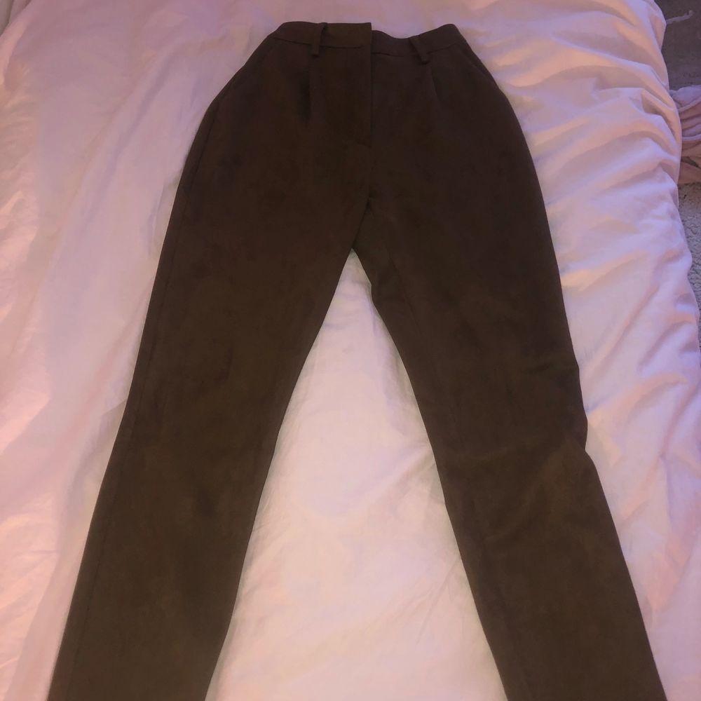 Bruna kostymbyxor i mocka liknande tyg . Helt nya men för små för mig. Frakten är inte inräknad i priset!. Jeans & Byxor.