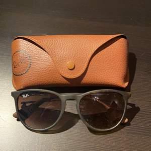 Skitsnygga Ray-ban solglasögon i modellen Erika. Skal ingår och de är i oanvänt skick. Pris + frakt ❤️ BUDA I KOMMENTARERNA!