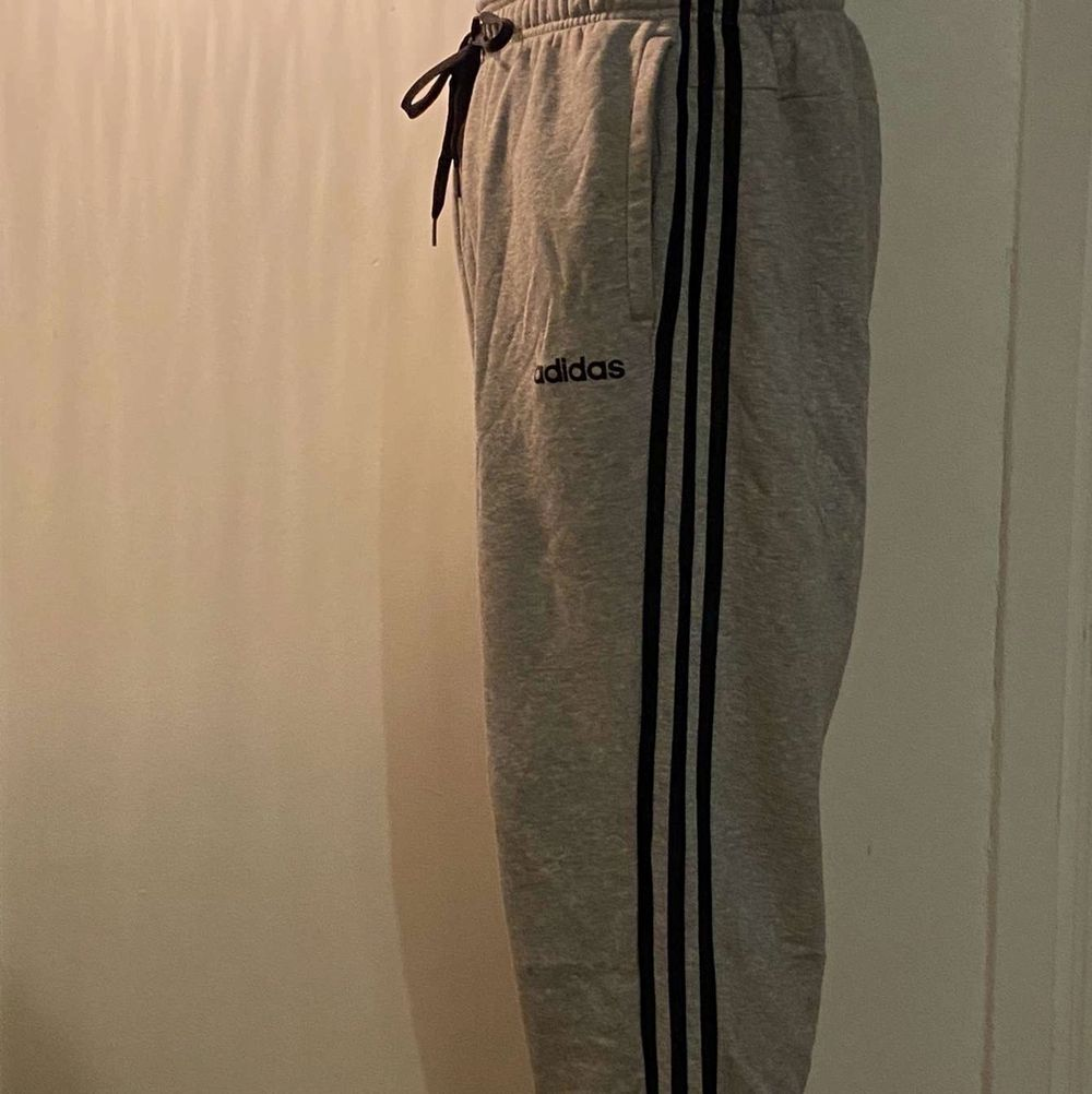 Grå Adidas mjukis inga fläck, helt ok . Jeans & Byxor.