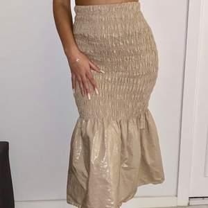En kjol från Gina helt oanvänd i xs, stretchig passar även S/M
