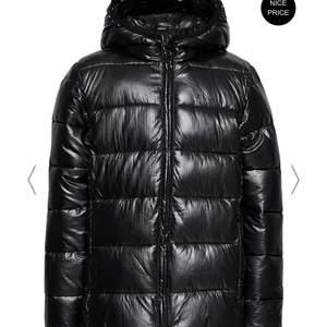 Så snygg och varm jacka till vintern i lack från champion med luva, helt ny med lappar kvar, säljer pga för liten💕