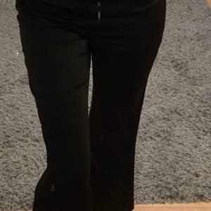 Svarta fina kostymbyxor från Ginatricot i storlek 36! Har tyvärr blivit för stora för mig. Knappt använda. Frakt tillkommer