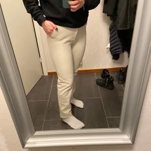 Säljer dessa snygga kostymbyxor från Gina Tricot i stl 36😊 De är beigea och har både fickor och möjlighet till skärp runt midjan. De är använda ett fåtal gånger men är i nyskick😊 Hör av dig ifall du har några funderingar eller är intresserad. Priset kan diskuteras då frakten inte ingår.
