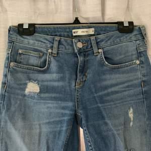 Fina GinaTricot jeans med hål i storlek 38. Tight i modellen, lågmidjade. 90kr plus frakt. Skriv för mer info och bilder:)
