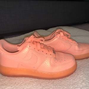 Asballa Nike airforce 1 i en cool färg! Säljes då dom inte kommer till användning hos mig! Har gått ner i pris för att jag vill få dem sålda! Frakten betalas av köpare! Grymt fint skick och inga slitage