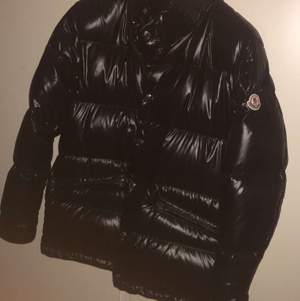 Ny jacka moncler i storlek L. Från NK herr använts 1 gång bara kan ej byta eller returnera pga borttagen lapp/etikett