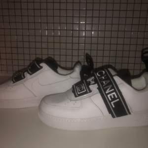 Nike Chanel skor strl 43. Aldrig använda, väldigt bra skick. Äkta Chanel. Pris kan diskuteras privat. Betalning sker innan leverans! Köpare står för frakt.