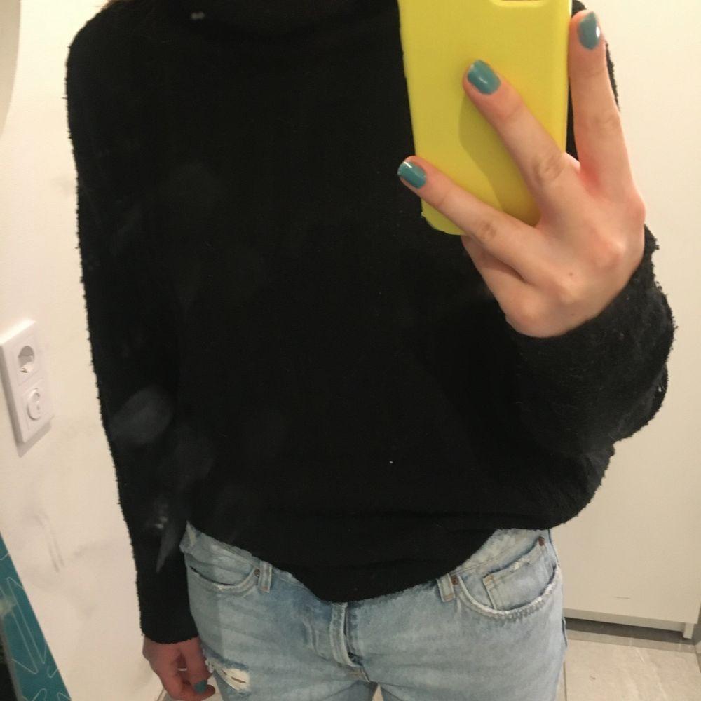 Svart stickad tröja med högkrage! Jättefin och använd sparsamt💓 storlek m . Stickat.