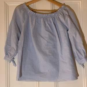 Ljusblå blus köpt i Italien, använd någon gång