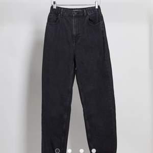 Superfina jeans från pull&bear. High waist, elastisk midja. Endast använda ca 3ggr pga för stora. Strl 36 men passar även 38