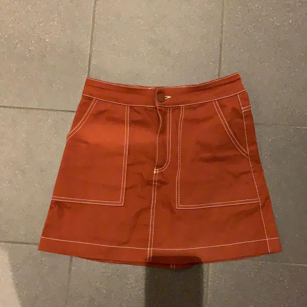 En orange kjol med kontrast sömmar från zara❣️. Kjolar.