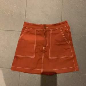 En orange kjol med kontrast sömmar från zara❣️