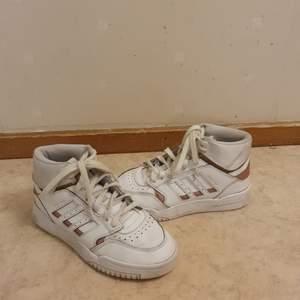 Vita adidas skor med lite rose gold färg, jättefina bra skick köpte de i somras, mer bilder privat:) (priset går att diskutera)❤️