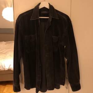 Säljer denna snygga manchesterskjorta som jag köpt på en secondhand butik i Köpenhamn. Inga defekter.