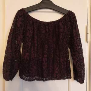 Jättefin shirt i  burgund färg, använd men i jättebra skick. Stl XS men den är inte tight