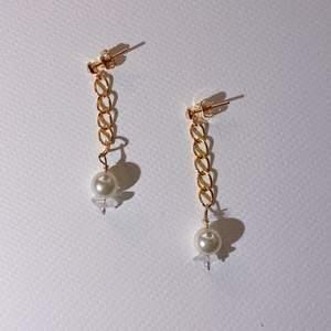 Hej! Jag gör smycken som jag designar och tillverkar i bra material🥰❤️ perfekt julklapp❄️