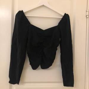 Svart blus från H&M, tror jag köpte för runt 200kr! Använt få gånger då jag knappt använder denna typen av kläder. Men det är absolut inget fel på den och för den som gillar denna typen av stil är denna blus helt perfekt! (Bild 1: framifrån) (Bild 2: bakifrån)